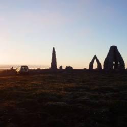 Arctic Henge s polnočným Slnkom.
