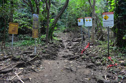 Začiatok trasy je orámovaný najrôznejšími varovnými a zákazovými značkami...