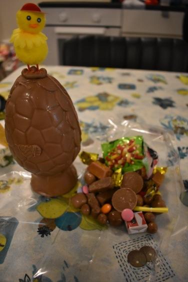 Šialené Veľkonočné vajíčko, myslím že toto bolo z tých stredných veľkostí. Daju sa kúpiť aj raz také, takže aj ten obsah je asi x-násobne väčší. Islandské deti jedia počas Veľkonočnej nedele len sladkosti, to je život...
