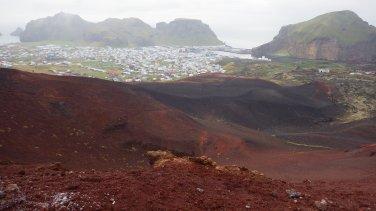 Ostrovy Vestmannaeyjar z vrchola stále aktívnej sopky Eldfell, ktorá v roku 73 takmer pochovala celé mestečko.