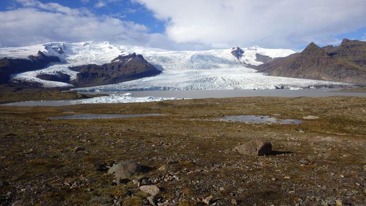 Ľadovcová lagúna Fjallsárlón, s jedným z mnohých jazykov najväčšieho Európskeho ľadovca Vatnajökull (mimo arktických oblastí).