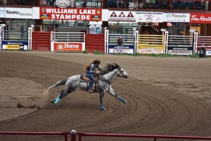 Aspoň že sa práve počas celého víkendu, kedy sme boli zaseknutí vo WL konali ženské westernové preteky.