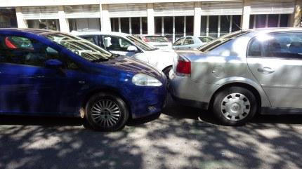 Aj takto sa parkuje vo Valencii. Na danom parkovisku nám odtiahli auto.