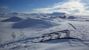 Za krátermi v pozadí vidieť časť Skútustaðiru.