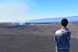 """Kráter Halemaʻumaʻu, ktorý bol v tom čase ešte plný lávy. Po výbuchu začiatkom tohto roku už láva """"zmizla""""."""
