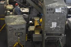 Vedľa predajne je umiestnená fabrika, v ktorej sa tieto šmakulády rodia. Celý proces sa dá priamo cez veľké okná sledovať, navyše pri každom stanovisku je aj informatívna obrazovka s podrobným popisom daného kroku výroby.