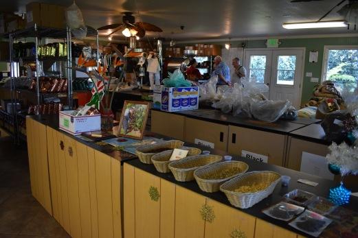 V tejto miestnosti prebieha spracovanie plodov a výroba zŕn. Na stole je vidieť viacero vzoriek. Tá vôňa vnútri bola nesmierne intenzívna.