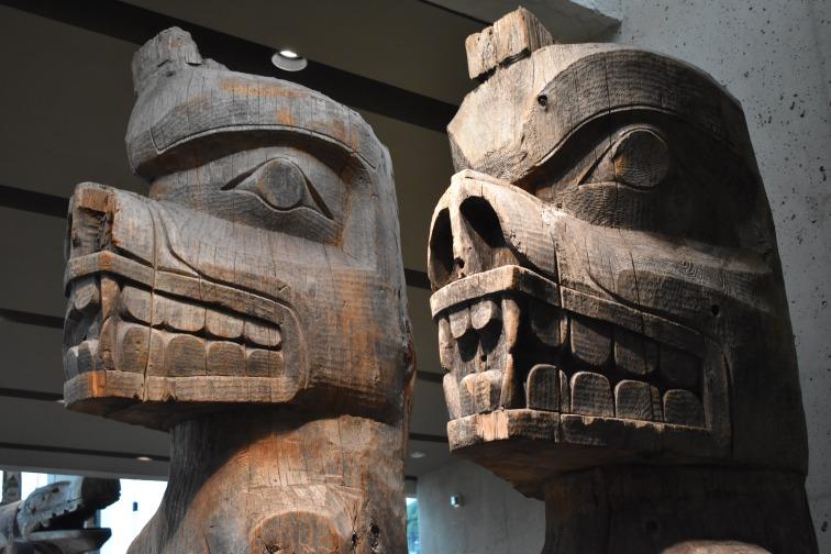Pôvodné totemy, kedysi umiestnené priamo v rezerváciách. Dnes sú umiestnené v múzeu vo Vancouveri.