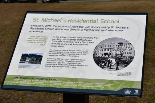 Rezidenčná škola bola postavená aj na malom ostrove Alert Bay. Dnes stojí neďaleko tohto miesta kultúrne centrum U´mista.
