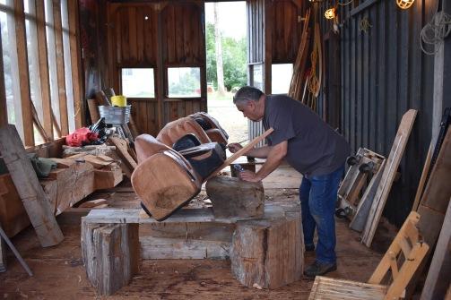 Inidánsky umelec Calvin Hunt vo svojej dielni vyrába okrem iného aj totemy. Jeho diela sú na predaj vo vedľajšej galérii Copper Maker vo Fort Ruperte, na severe Vancouver Islandu.